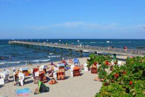 Der gut besuchte Strand an der Seebrücke im Ostseebad Kühlungsborn.